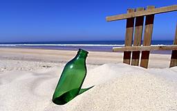 Бутылка на берегу
