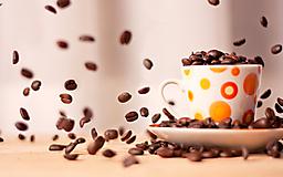 Кофейные зерна и кружка