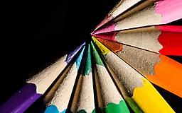Цветные карандаши на черном фоне